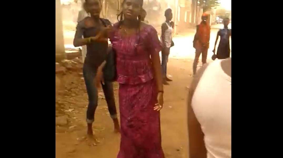 le sein de jeune fille malienne EXPOSÉ AUX LUTTE