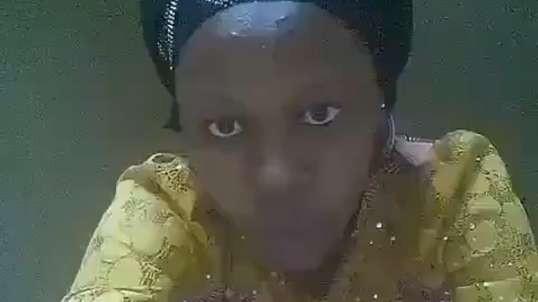 se déshabiller avec une robe africaine devant la caméra