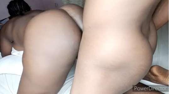 Ma fille sexy prend mon sperme sur son gros cul.