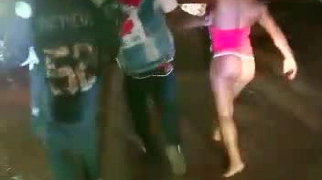 La baise avec une prostituée fini en scandale dans la rue